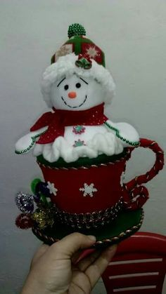 Easy & Creative Crafts Ideas With Old Socks Idee artigianali facili e creative con vecchi calzini Snowman Christmas Decorations, Snowman Crafts, Christmas Themes, Crafts To Make, Christmas Wreaths, Christmas Crafts, Diy Crafts, Christmas Ornaments, Christmas Sewing