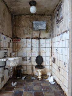 Miniature Abandoned Bathroom Room Box by lotjes dollshouse