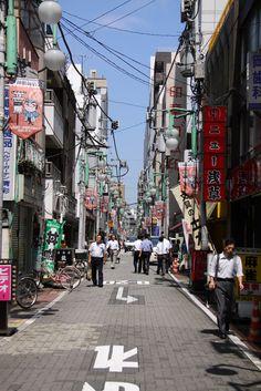 Tokyo - Un cafouillis de câbles recouvre chaque petite ruelle.