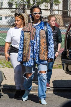Rihanna served this LOOK on set while shooting Ocean's 8 in New York City. She wore white framed glasses, an oversized coat, and distressed denim. Estilo Rihanna, Rihanna Mode, Rihanna Fenty, Denim Fashion, Fashion Photo, Fashion Looks, Fashion Outfits, Rihanna Outfits, Rihanna Fashion