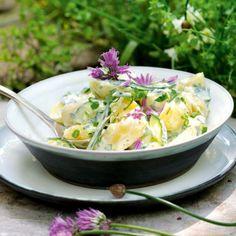 Dieser Kartoffelsalat bekommt durch viele frische Kräuter den letzten Kick. Er schmeckt herrlich frisch und aromatisch.