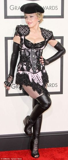 Leuke red carpet outfit Madonna. #NOT #getoveryourself #Grammys2015