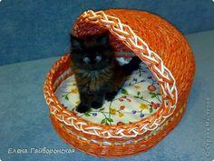 Поделка изделие Новый год Плетение Домик для кота Бумага газетная фото 2