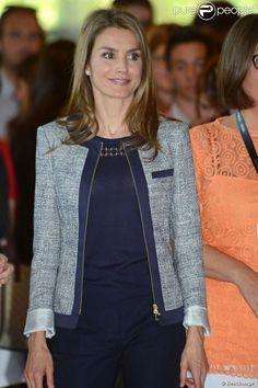 Princess Letizia and Prince Felipe attended 'Impulsa Forum 2013' it is a part of the Girona Prince Foundation in Girona - conjunto de falda y chaqueta blanca con detalle de blonda negra alrededor de la cintura. Completó su look con salones negros de Magrit y un bolso - See more at: http://www.semana.es/elarmariodeletizia/2013/06/27/premios-fpdg-y-forum-impulsa/#sthash.wD77PvdU.dpuf