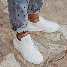 Must have casual womens shoes. Designer shoes, shoes for women, ladies sandals, womens shoes casual, Womens Footwear Fashion and Shoe Trends. Mode Cool, Look Fashion, Womens Fashion, Fashion Clothes, Fashion Shoes, Fashion Dresses, Mode Shoes, Denim Look, Denim Jeans