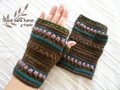 寒い季節に活躍してくれる指なし手袋です。指先が自由に使えてとても便利です。ブラウンに少し抑えめカラーのピンクがきいた渋かわいいハンドウォーマーです*●● ハン...|ハンドメイド、手作り、手仕事品の通販・販売・購入ならCreema。