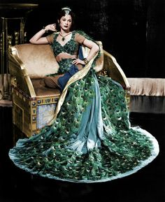 "Hedy Lamarr wearing the ""peacock dress"" in 'Samson and Delilah,' Costume design by Edith Head. Old Hollywood, Viejo Hollywood, Hollywood Glamour, Classic Hollywood, Vintage Outfits, Vintage Fashion, Helen Rose, Peacock Dress, Peacock Costume"