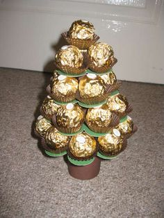 Mini Ferrero Christmas Tree Calender: 7 Steps (with Pictures) Chocolate Diy, Chocolate Bouquet, Christmas Treats For Gifts, Christmas Candy, Xmas Tree, Christmas Tree Ornaments, Ferrero Rocher Tree, Candy Trees, Sweet Trees