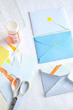方眼紙など、細かい柄の付いた紙を使うのもおすすめです。  絵の具でペイントすればアクセントカラーのきいたモダンなデザインになります。
