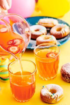 Raparperisima tuo kesän kielelle. Kauniin raparperisiman voi koristella mansikoilla tai vadelmilla. Peach, Candy, Recipes, Food, Recipies, Essen, Peaches, Meals, Sweets