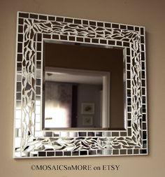 Este lindo espejo de estilo Hollywood Regency mide 16 x 16  Ideal para cualquier poco espacio y recuerda que son mosaicos para baños, a diferencia de otros arte de la pared, tratan mejor con humedad. También sería ideal para un hall o entrada camino.  Como limpió, me di cuenta de algunos rasguños superficiales en el espejo principal - he tratado de fotografiar en la última foto. No muy sensible, pero si usted es un perfeccionista absoluto, esto no es el espejo para ti. (Probablemente también…