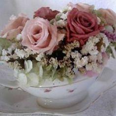 Molheira vintage   peça desparceirada de aparelho antigo, com rosas cherry blossom e off white e hortênsias preservadas, complementadas com estatices desidratadas.