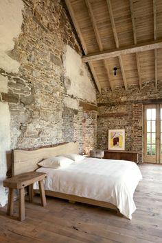 1-jolie-chambre-a-coucher-avec-mur-de-pierre-et-sol-en-parquet-clair-et-plafond-sous-pente-en-bois.jpg (700×1054)