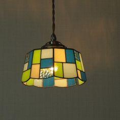 小さめなステンドグラスのペンダントランプです。お部屋の補助的なインテリア照明として、または小さめのスペースでの使用がおすすめです。カフェやレストラン、ショップ...