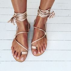 Sandals Summer summer sandals// - There is nothing more comfortable and cool to wear on your feet during the heat season than some flat sandals. Gladiator Sandals, Shoes Sandals, Flat Sandals, Nude Sandals, Tie Up Sandals, Trendy Sandals, Roman Sandals, Gladiators, Heeled Sandals