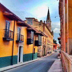 Por las calles del centro histórico La Candelaria, en Bogotá, Colombia.