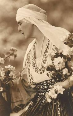 Regina Maria a României în costum popular - Queen Marie of Romania dressed in traditional costume Queen Mary, King Queen, Romanian Royal Family, Kaiser, Royal Weddings, Queen Victoria, Old Photos, Royalty, Traditional