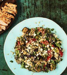 Fitness-salaatti on ruokaisasti vege: kasviksia, kvinoaa ja raejuustoa.