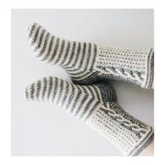 Ravelry: Pakkasyöt pattern by Niina Laitinen Lace Knitting, Knitting Socks, Knitting Machine, Knitting Designs, Knitting Patterns, Beginner Knit Scarf, Wool Socks, Socks Men, Crochet Socks