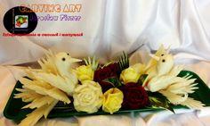 Gołąbki na bukiecie kwiatów.