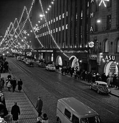 Aleksanterinkatu joulukatuna, kuvattu itsenäisyyspäivänä. Oikealla Aleksanterinkatu 17. Constantin Grünberg 6.12.1960. Helsingin kaupunginmuseo Good Old Times, The Old Days, Photo Archive, Helsinki, Old Pictures, Ancient History, Time Travel, Old World, Nostalgia