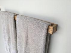 MODERNE Eiche Handtuchhalter Diese einzigartige Handtuchhalter ist ein muss für Ihr Bad. -Abmessungen: 34 x 2 x 2,3/4 -Montage von Schrauben und Dübeln enthalten -Installiert: Taste Befestigungen Wenn Sie in einer anderen Größe oder Holz interessiert wäre ich glücklich, Ihren Wünschen soweit verfügbar nachzukommen.