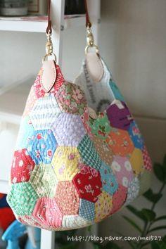 퀼트 / 손바느질 / 퀼트가방 / 핸드메이드 ] 알록달록 76조각 가방~~~ : 네이버 블로그 Hexagon Patchwork, Patchwork Bags, Quilted Bag, Types Of Purses, Japanese Bag, Fabric Bags, Handmade Bags, Bag Making, Fashion Bags
