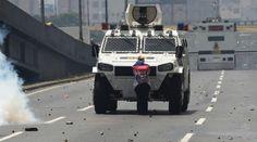 Represión de la Guardia Nacional Bolivariana de Venezuela contra manifestantes en Caracas por la marcha contra Nicolás Madura, este 19 de abril del 2017. Foto: Juan Barreto / AFP
