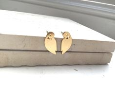 Very pretty gold plated alloy bird stud earrings, approx in size. Wrapped in tissue paper and in a free gift pouch. Metal Shop, Free Gifts, Gift Guide, Plating, Pouch, Stud Earrings, Bird, Personalized Items, Corporate Gifts