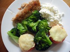 Stekt kylling, gratinerte tomater, brokkoli og cottage cheese.