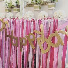 挙式当日のフォトブース用のリボンカーテンもご新婦さまのDIYです。 1枚の布を同じ幅に切って、リボンに仕上げたのだとか!しかも3色分! お金をかけるところにはかけて、節約できるところは節約する。結婚式の準備を進めていく中で、お手本にしたいです♪