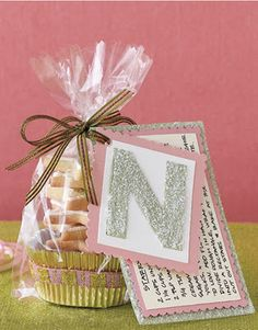 Cute cookie packaging for gifts. I love how the recipe is also attached! excellent gift idea...