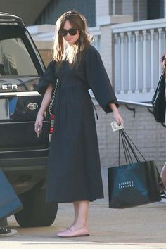 Dakota Johnson shopping with Blake in LA – 21 October 2017 – Beauty Shares Celebrity Casual Outfits, Casual Fall Outfits, Celebrity Style, Dakota Johnson Street Style, Dakota Style, Look Fashion, Fashion Outfits, Womens Fashion, Fashion Design