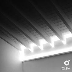 Una realizzazione Olev per un'abitazione privata a Vicenza. I punti luce nascosti sopra la rientranza della parete creano un'illuminazione indiretta che valorizza la presenza delle travi inclinate nell'ambiente. Lighting Design, Lighting Ideas, Design Case, Blinds, Curtains, Led Strip, Basement Ideas, House, Inspiration