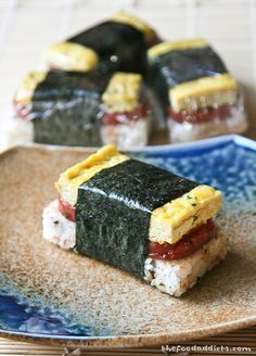 Spam Musubi - soft and sticky rice, salty teriyaki spam, a little soft and creamy omelet (use spam can as sushi mold - line with plastic wrap). Bento, Spam Recipes, Cooking Recipes, Hawaiian Snacks, Hawaiian Recipes, Yummy Snacks, Yummy Food, Spam Musubi, Onigirazu