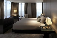 quarto de hotel Armani Hotel Milano: Guestrooms have a circular entrance vestibule, a muted color palette and chic Armani furniture. Armani Hotel Milan, Hotel A Dubai, Hotel Bedroom Decor, Hotel Room Design, Restaurant Hotel, Hotel Interiors, Suites, Giorgio Armani, Interior Design