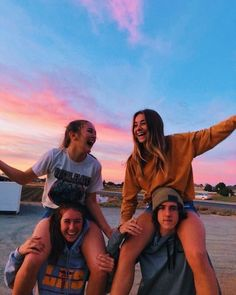 Recreate photos with my best friends - Bff Pictures Photos Bff, Friend Photos, Cute Photos, Bff Pics, Shooting Photo Amis, Best Friend Fotos, Best Friend Pics, 4 Best Friends, Group Of Friends