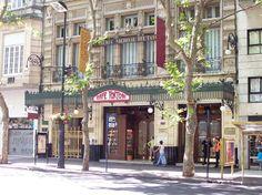 El Café Tortoni .Inaugurado en 1858 por Touan, inmigrante francés. Se inspiró en el Tortoni de París.  Fue seleccionado por UCityGuides como uno de los diez cafés  más bellos del mundo.Está en  Avenida de Mayo 825.  Buenos Aires