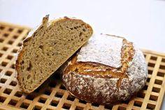 Opskrift på lækkert koldhævet hvedebrød kerner. I stedet for surdej bliver der brugt et syrnemælkeprodukt, honning og gær, hvilket giver et dejligt brød.