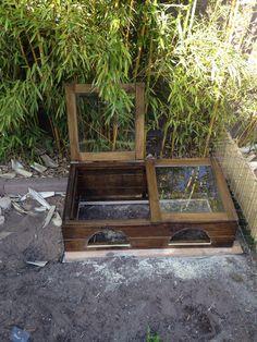Étape 16: Installation de la maisonnette au dessus du caisson d'hibernation ( lasure bio pour animaux)
