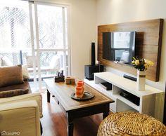 Nesta sala projetada pela designer de interiores Rose Ferraresi, a madeira de demolição aparece no painel de TV, que foi comprado pronto. A mesa de centro - adquirida pela moradora em uma viagem - tem um trabalho de marchetaria no tampo. O piso é de madeira natural.