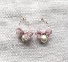 コットンパールとオーガンジーリボンのピアスです。ふわふわしたラベンダー色のリボンがかわいい。とても軽いので、付け心地がいいです。金属は、真鍮金メッキです。 Seed Bead Jewelry, Wire Jewelry, Jewelry Crafts, Beaded Jewelry, Jewelery, Fabric Earrings, Fabric Jewelry, Bead Earrings, Handmade Accessories