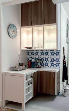 Marcenaria inteligente no apê de 48 m²: tem até estante-porta! - Casa
