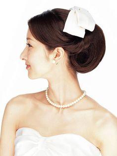 リボンボンネとクラシカルヘアで愛らしい花嫁に/Side|ヘアメイクカタログ|ザ・ウエディング