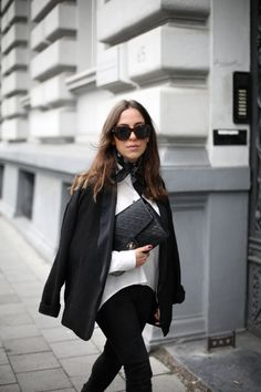 PAJAMA JACKET | Fiona from thedashingrider.com wears a Ikks Blazer, a Jeans from Zara, Aeyde Boots and a Chanel Bag #ootd #whatiwore #petite