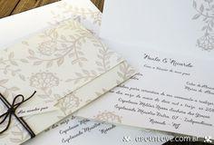 Convite de casamento formato carteira, com impressão frente e verso na cor nude e marfim.