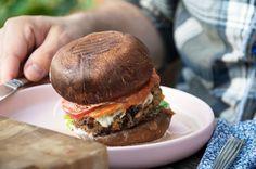 Portobello Burger med bønnebøf - Opskrift på burger Foods With Gluten, New Flavour, Salmon Burgers, Veggie Burgers, I Love Food, Vegan Vegetarian, Hamburger, Yummy Food, Vegans