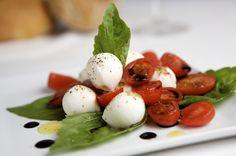 Ensalada de tomates y queso mozarella con albahaca. Rico y fresco!