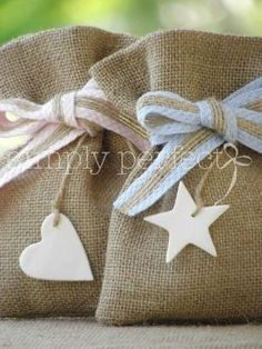 Wedding Favors and Gifts Burlap Crafts, Diy And Crafts, Arts And Crafts, Christening Favors, Baby Baptism, Lavender Bags, Wedding Favors Cheap, Favor Bags, Goodie Bags