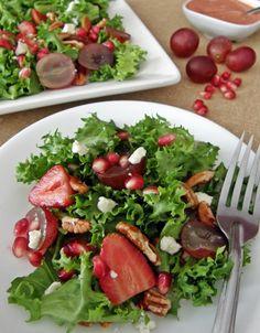 •2 tazas lechuga escarola o mezcla de lechugas •5 fresas, desinfectadas •½ taza uvas rojas, a la mitad, sin semillas •2 cucharadas de granos de granada (opcional, según la temporada) •2 cucharadas de queso azul desmoronado •3 cucharadas nuez picada  Preparación: 1.Sirve la lechuga en un plato. 2.Agrega las fresas, mitades de uva, granada, nuez y queso. 3.Agrega el aderezo.